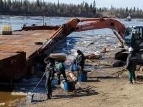 Russland: Eisschollen, schwarz vor Öl