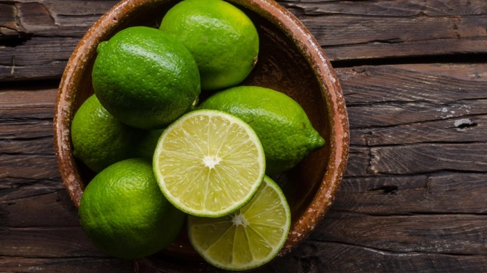 Fresh lime on wood board, bio fruit Copyright: xPeteerSx Panthermedia27112085