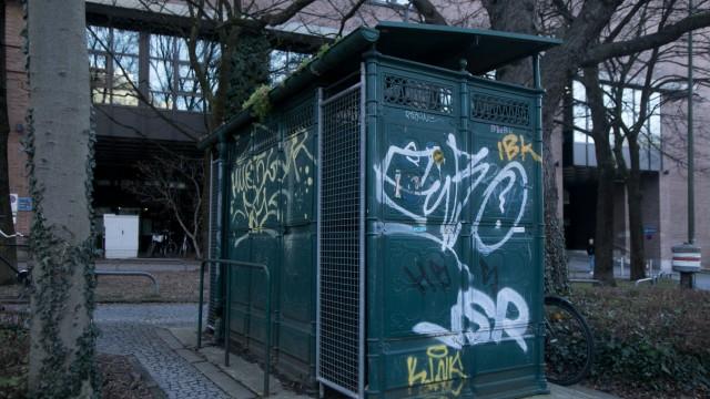 Klohäuschen/öffentliches Pissoir an der Kreuzung Preysingstraße, Kellerstraße hinter dem Gasteig.