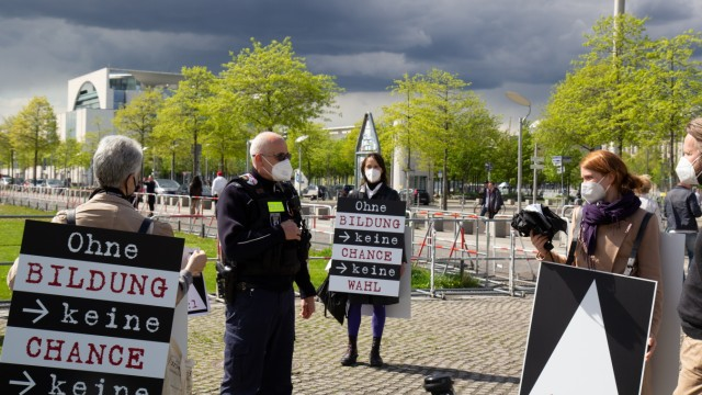 Kunst: Adrian Piper und ihr Team am 15. Mai vor dem Bundestag.