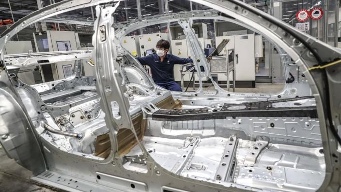 News Bilder des Tages (200217) -- SHENYANG, Feb. 17, 2020 -- A man works at Tiexi Plant of BMW Brilliance Automotive (BB