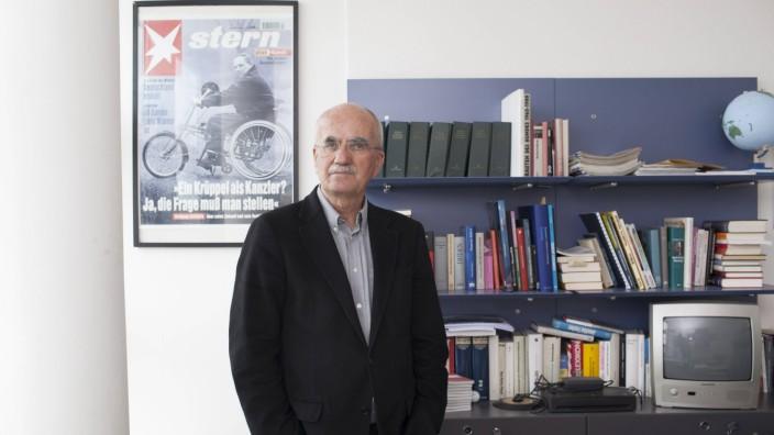 """Nachruf: Der Journalist Hans Peter Schütz, im Hintergrund ein """"Stern""""-Titel über Wolfgang Schäuble. Das Schicksal des CDU-Politikers im Rollstuhl ließ Schütz nicht los."""