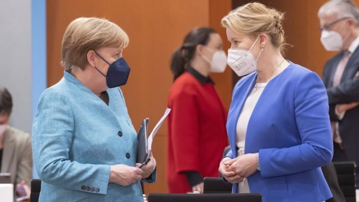 Franziska Giffey, Bundesfamilienministerin, SPD, und Bundeskanzlerin Angela Merkel, CDU, zu Beginn einer Kabinettssitzu