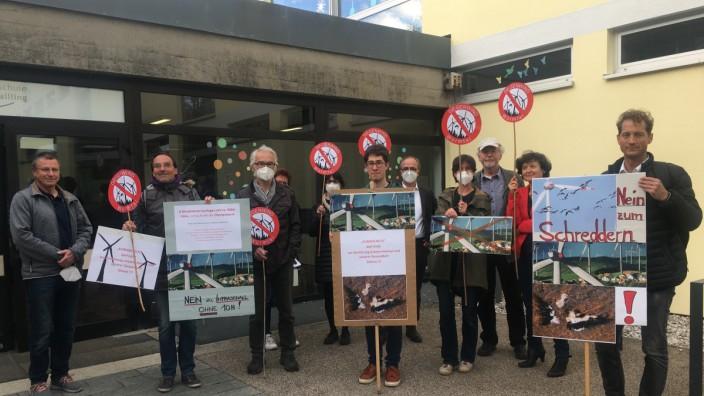 Protest gegen Windkraft vor dem Kraillinger Rathaus