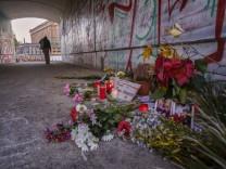 Tatort Monbijoupark Deutschland, Berlin, 03.11.2020, Blumen und Kerzen an der Stelle, wo der 13-jährigen Mohammed A. erm