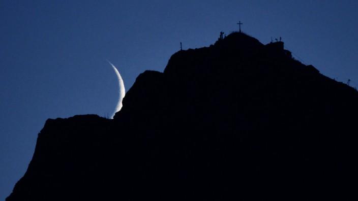 Mond hinter Untersberg