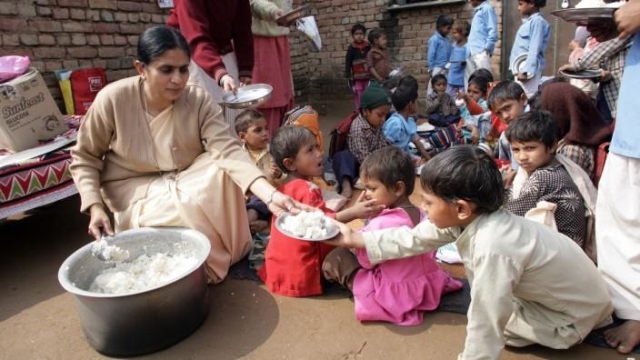 Corona-Pandemie in Indien: Schon vor Corona verteilten die Schwestern Essen an arme Kinder. Jetzt kochen sie täglich für Mitarbeiter im Gesundheitswesen.