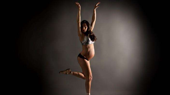 Young pregnant ballerina performing classical ballet pose Madrid, Community of Madrid, Spain PUBLICATIONxINxGERxSUIxAUTx
