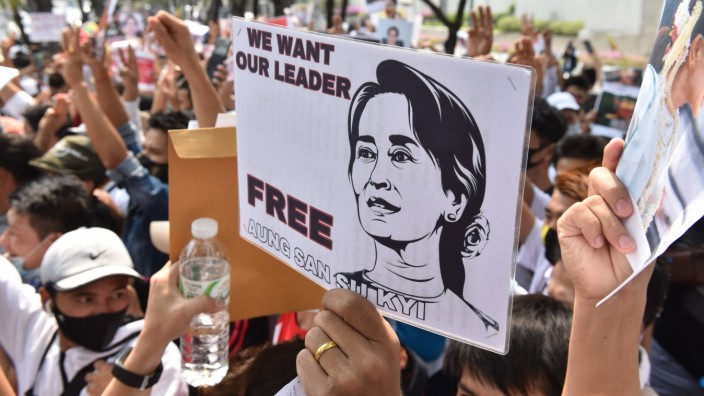 Thailand: Myanmar citizens protest the coup in Bangkok February 7, 2021: Myanmar protesters Holds a picture of Aung San