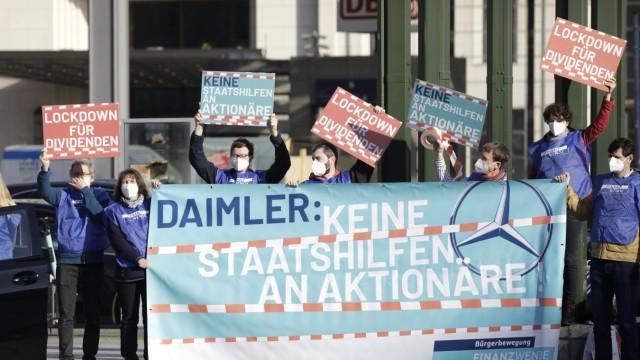 Aktivisten der Buergerbewegung Finanzwende demonstrieren auf dem Potsdamer Platz gegen die Ausschuettung der geplanten