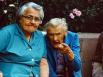 13 09 1985 Berlin Deutsche Demokratische Republik DDR Seniorin zeigt skeptisch auf den Betracht