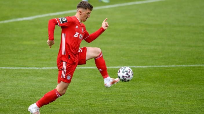 Angelo Stiller (Bayern München, FCB, 38) am Ball, Freisteller, Ganzkörper, Einzelbild, Aktion, Action, 16.05.2021, Münc