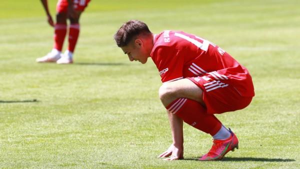 Nemanja Motika (FCB II) am Boden Fussball / 3. Liga / FC Bayern München II vs. Hallescher FC im Gruenwalderstadion am 2