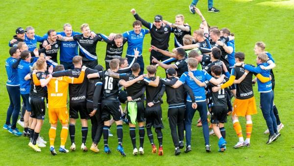 Jubel und Freude bei den Spielern der Arminia, nach dem Spiel und dem Verbleib in der 1.Liga u.a. Torwart Stefan Ortega