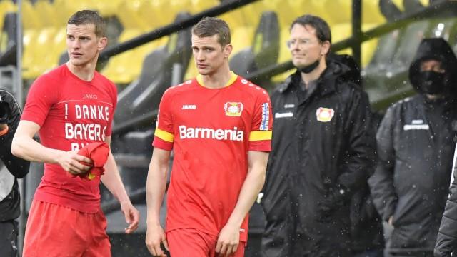 BVB-Erfolg gegen Leverkusen: Als Zwilling geht man selten allein: Leverkusens Sven (l.) und Lars Bender verabschieden sich aus der Bundesliga.