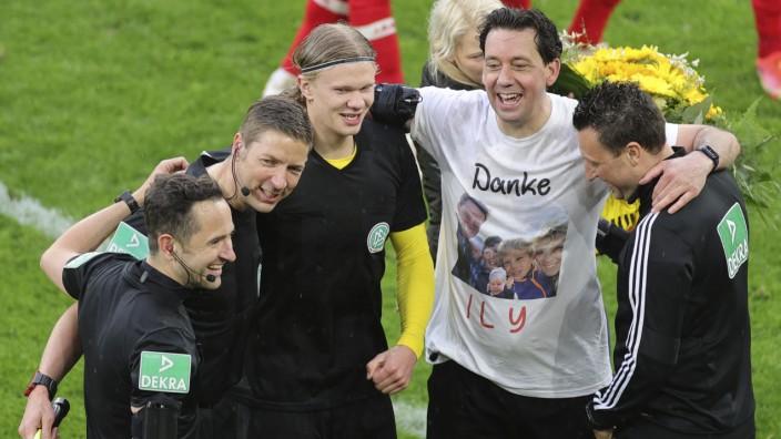 BVB-Erfolg gegen Leverkusen: Trikottausch mit Schiedsrichter: Dortmunds Torjäger Erling Haaland (3.v.l.) sichert sich das letzte Bundesliga-Trikot von Manuel Gräfe (2.v.r.).