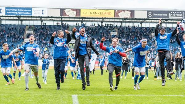 Rostock, Deutschland 22. Mai 2021: 3. Liga - 2020/2021 - FC Hansa Rostock vs. VfB Luebeck /// DFB regulations prohibit a