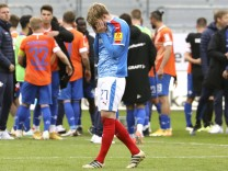 Foto : Kieler Enttäuschung nach dem Schlusspfiff , hier Finn Porath Fussball 2. Liga am So. 23.05.2021 Holstein Kiel - D