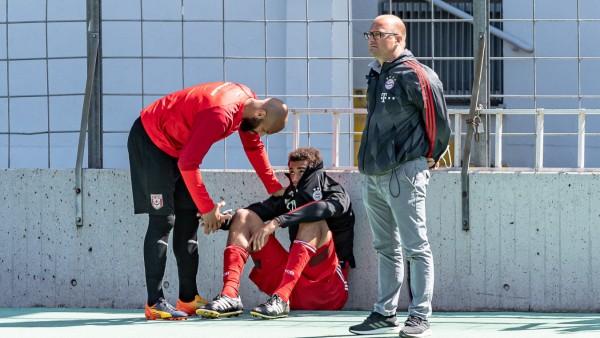 Terrence Boyd (Hallescher FC, 13) versucht Jamie Lawrence (FC Bayern Muenchen II, 40) zu troesten nach dem feststehende