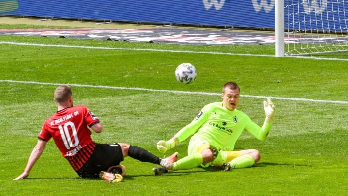 Tor durch Marco Stendera (FC Ingolstadt, Nr.10) - Torwart Tom Kretzschmar (TSV 1860 Muenchen, Nr.40) chancenlos beim Spi