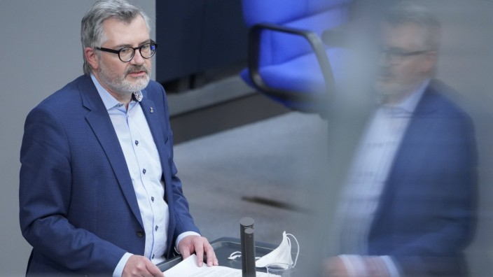 229. Bundestagssitzung und Debatte Aktuell, 19.05.2021, Berlin, Dietmar Nietan im Portrait bei seiner Rede Aktuelle Stun
