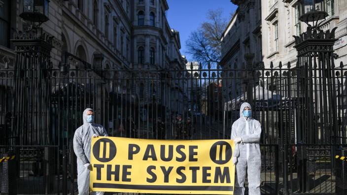 ***BESTPIX*** The UK's Capital Adjusts To Life Under The Coronavirus Pandemic
