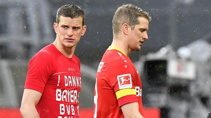 Fußball: Abschied und Neubeginn: Sven Bender (li.) und sein Zwillingsbruder Lars nach ihrem letzten Spiel für Leverkusen gegen Dortmund im Mai.