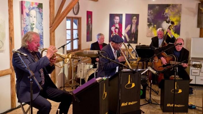 Premiere in Glonn: In der Glonner Schrottgalerie interpretiert die Hot Stuff Jazzband bekannte Melodien aus Disney-Filmen.