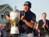 Phil Mickelson smiles as he lifts the Wanamaker Trophy after winning the 103rd PGA, Golf Herren Championship at Kiawah I