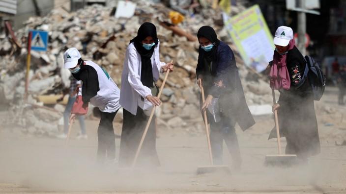 Nahostkonflikt: Palästinensische Frauen bei Aufräumarbeiten in der Stadt Rimal im Gazastreifen.