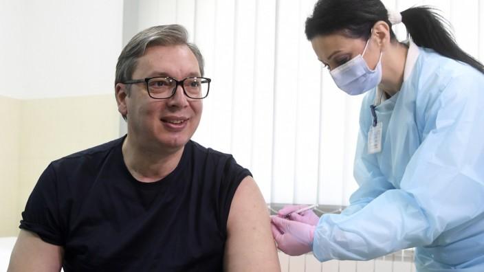 Corona-Impfung: Serbiens Präsident Aleksandar Vučić im April 2021 bei der Corona-Impfung