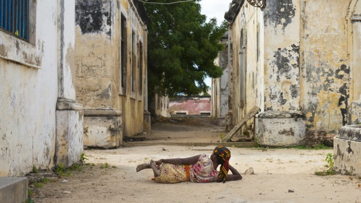 MOZAMBIQUE - WOMAN LYING ON THE GROUND INSIDE THE OLD HOSPITAL - NAMPULA PROVINCE Woman Lying On The Ground Inside The O