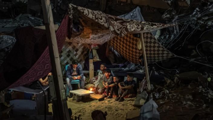 Menschen in Gaza unter einem provisorischen Zelt