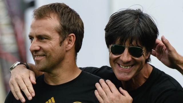 Hansi Flick als Bundestrainer: Glorreiche erste Episode: Hansi Flick (links) wird 2014 nach der Rückkehr aus Rio in Berlin vom Weltmeister-Trainer Joachim Löw geherzt.