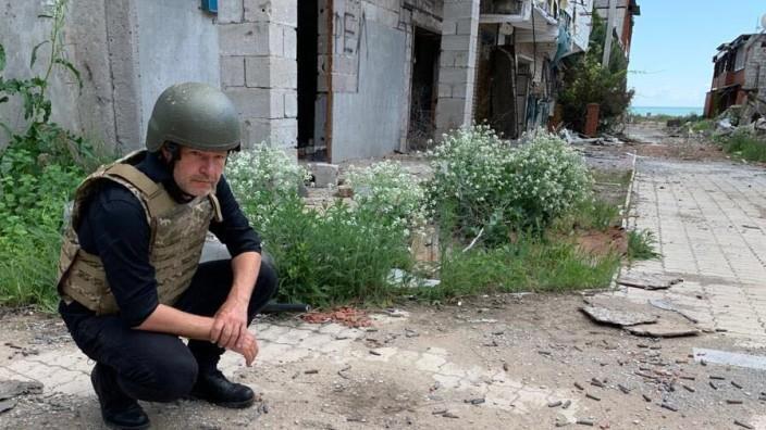 Der Grünen-Vorsitzende Robert Habeck besichtigt ein zerstörtes Dorf in der Ukraine.