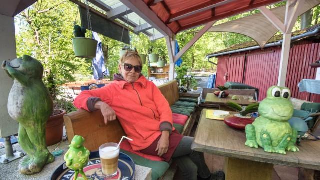 Freizeitgelände: Froschgartl-Wirtin Rothtraut Falk hofft auf besseres Wetter, damit sie endlich wieder Gäste an ihrem Kiosk bewirten kann.