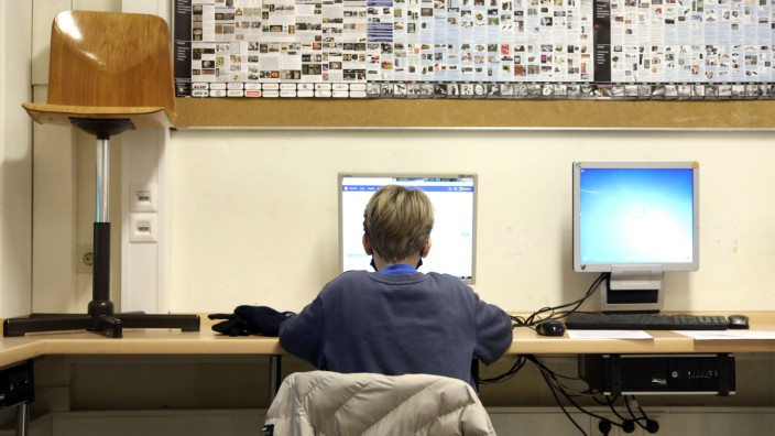 Bildung in Deutschland: Ein Schüler sitzt an einem Computer in einer Schule in Berlin