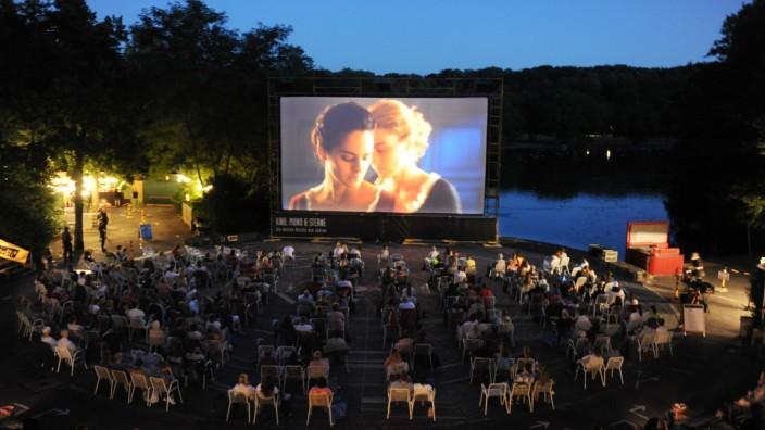 """""""Kino, Mond & Sterne"""": Gefühlskino mit dem nötigen Abstand auf Westpark-Seebühne."""