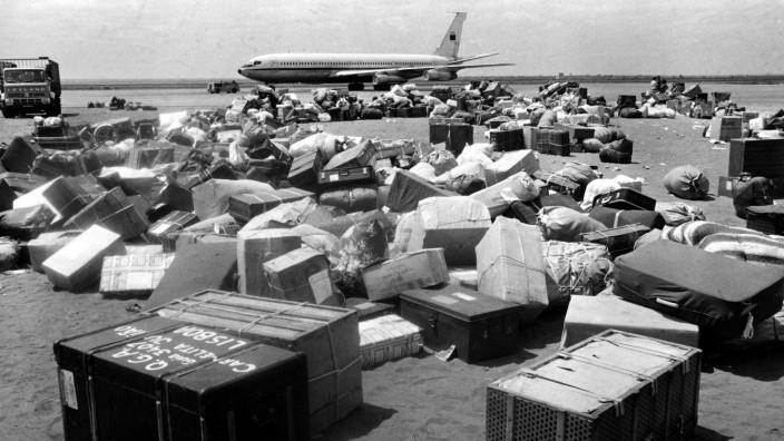 """""""Die Rückkehr"""" von Dulce Maria Cardoso: Als eines der letzten fällt 1975 auch das portugiesische Kolonialreich, Angola erkämpft sich seine Unabhängigkeit, fällt in einen Bürgerkrieg, portugiesische Staatsangehörige müssen ausreisen. Einige Gepäckstücke bleiben am Flughafen von Luanda zurück, weil es kein Bodenpersonal mehr gibt."""