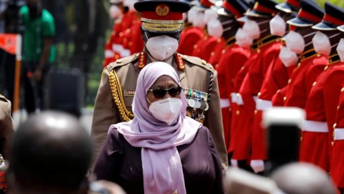 Corona in Afrika: Tansanias Präsidentin Samia Suluhu Hassan mit Atemschutzmaske bei einem Staatsbesuch