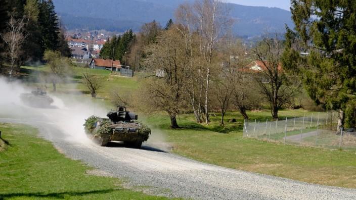 Liebes PictureDesk, die Fotos bitte in die Ligthbox S3 stellen,  Bilder zeigen den neuen... Panzer. Fotograf ist Mike Szymanski. Schützenpanzer Puma und Menschen