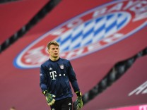 Torwart Alexander NUEBEL (Bayern Muenchen) beim Aufwaermen vor FC Bayern Vereinsemblem,Vereinswappen Fussball 1. Bundesl; Fußball