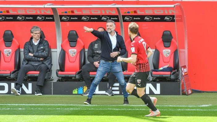 Cheftrainer Tomas Oral (FC Ingolstadt) weist seine Spieler an beim Spiel FC Ingolstadt 04 gegen TSV 1860 Muenchen am 22