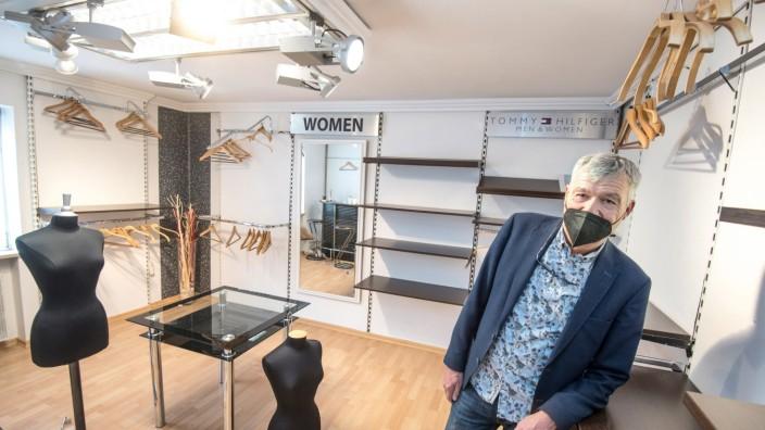 """Einbrecher im Modehaus: """"Natürlich kriegt man da die Krise"""": Geschäftsführer Gerhard Klöpfer in seinem von Einbrechern leer geräumten Modegeschäft in Gauting."""