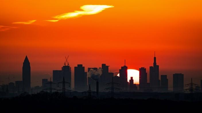 Frankfurt am Main, 03.05.2021, Sonnenaufgang Frankfurt am Main, Skyline von Frankfurt am Main im Sonnenaufgang Frankfurt