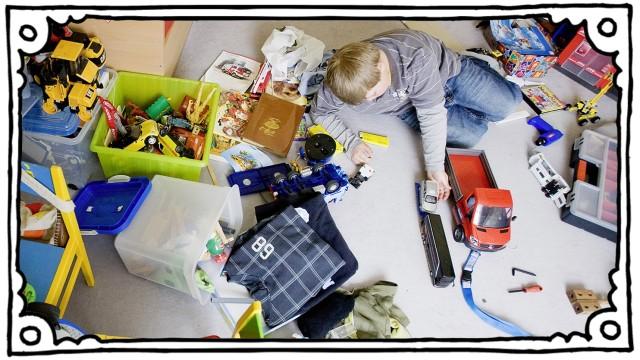 Ein Junge in Spielzimmer