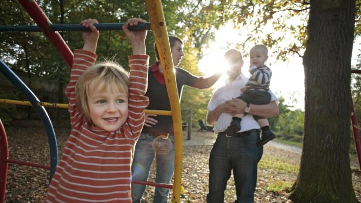 Familie mit zwei Kindern im Herbst Sankt Augustin Deutschland Family with two children in autu