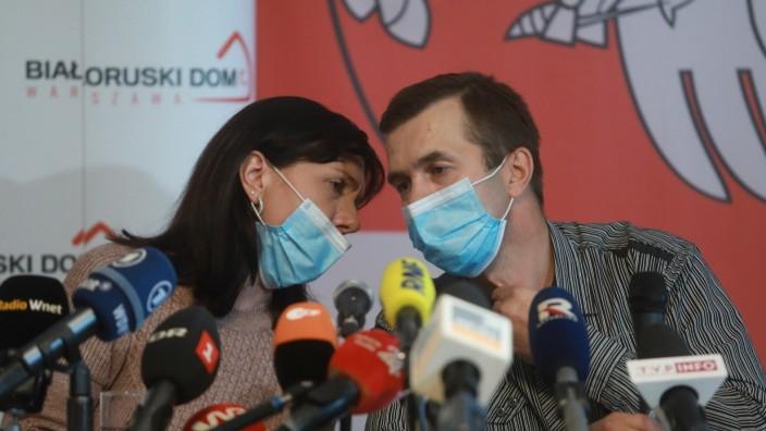 Natalia und Dzmitry Protassewitsch, die Eltern des oppositionellen Bloggers Roman Protassewitsch, bei einer Pressekonferenz in Warschau.