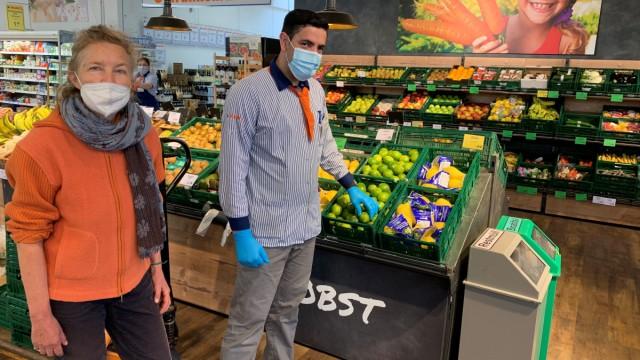 """Eine Beschäftigungsduldung bekomme in Bayern fast keiner, sagt Monika Hermann-Sanou (links) von der schwäbischen Unternehmerinitiative """"Bleiberecht durch Arbeit"""", auch nicht Sultan Asmari, der schon mehr als zwei Jahre Vollzeit gearbeitet hat."""