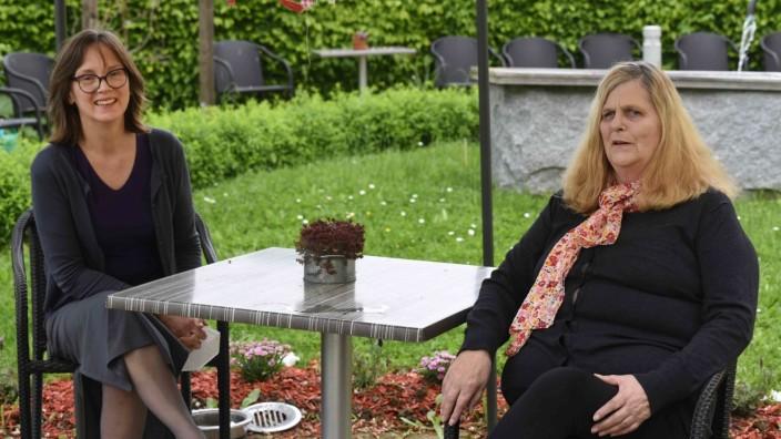 Influenzaviren: Heimsleiterin Astrid Ziller (links) und Bewohnerin Barbara Wallau haben die Abstandsregelungen in den vergangenen Monaten streng eingehalten. Jetzt freuen sie sich auf mehr soziale Kontakte.